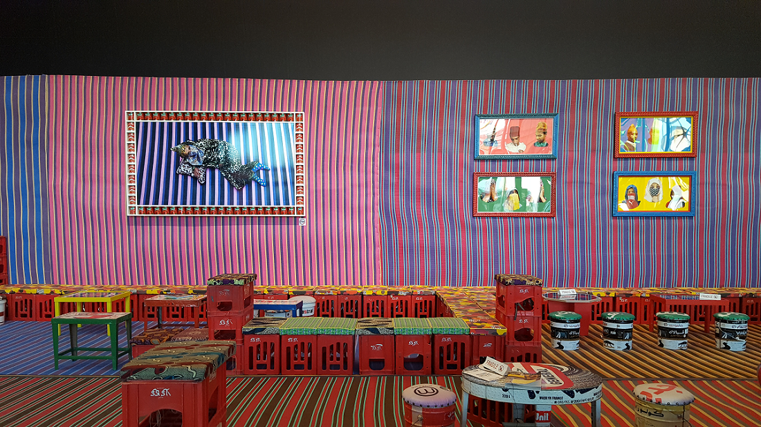 Déco séjour wax - par l'artiste Hassan Hajjaj - ©No Fake In My News