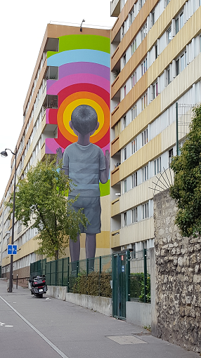 Bambin en short : Fresque par SETH à Paris - ©No Fake In My News