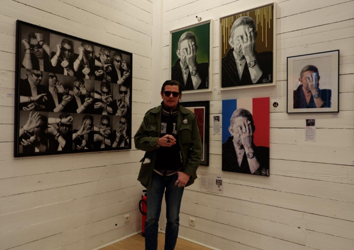 YARPS poasant devant ses oeuvres et celles avec / de Pierre Terasson  . ©nofakeinmynews.com